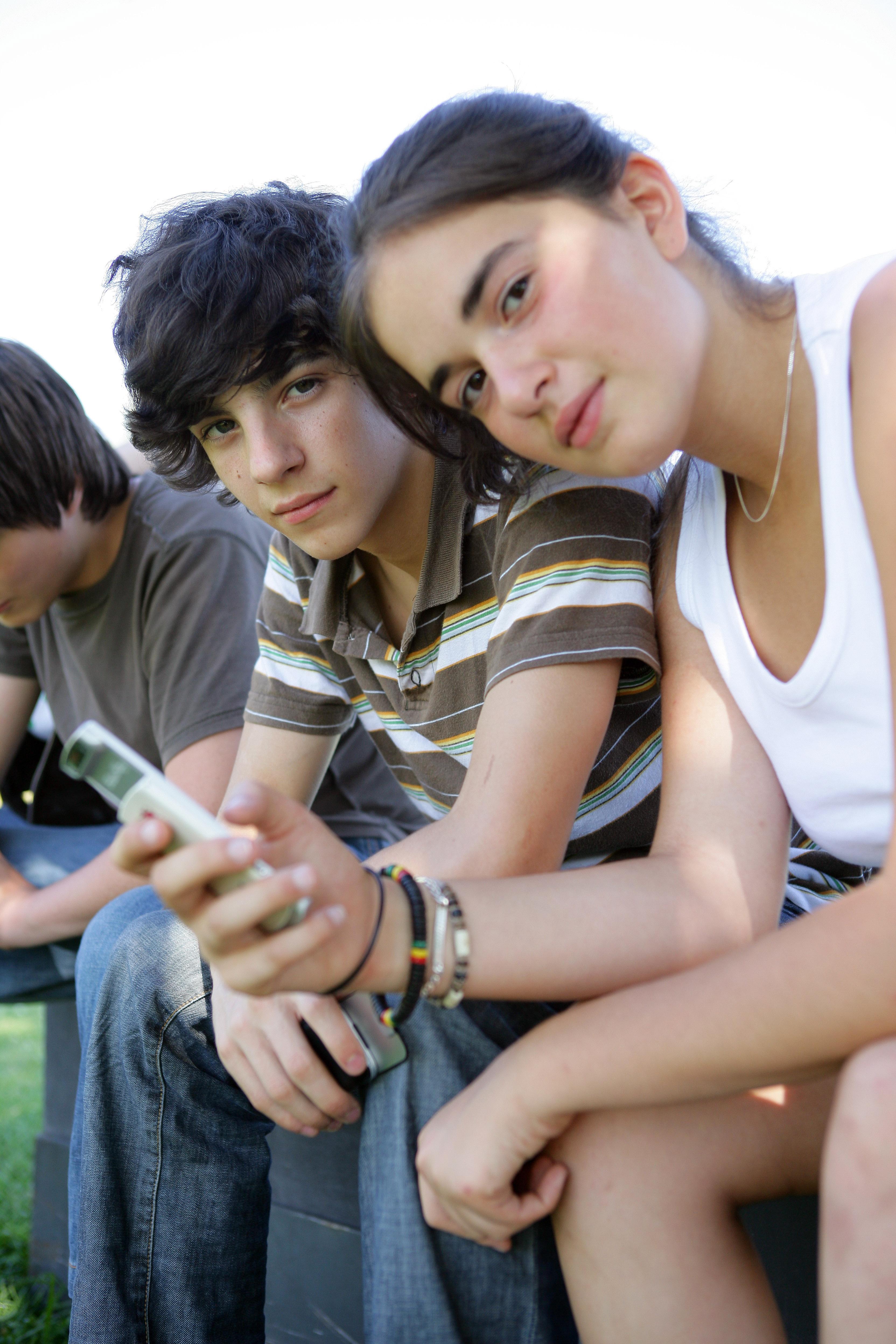 jeune garçon et fille avec téléphone portable