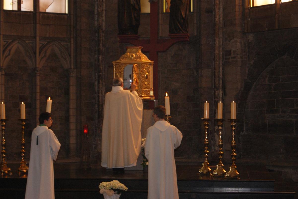 Le ciboire remis au tabernacle.