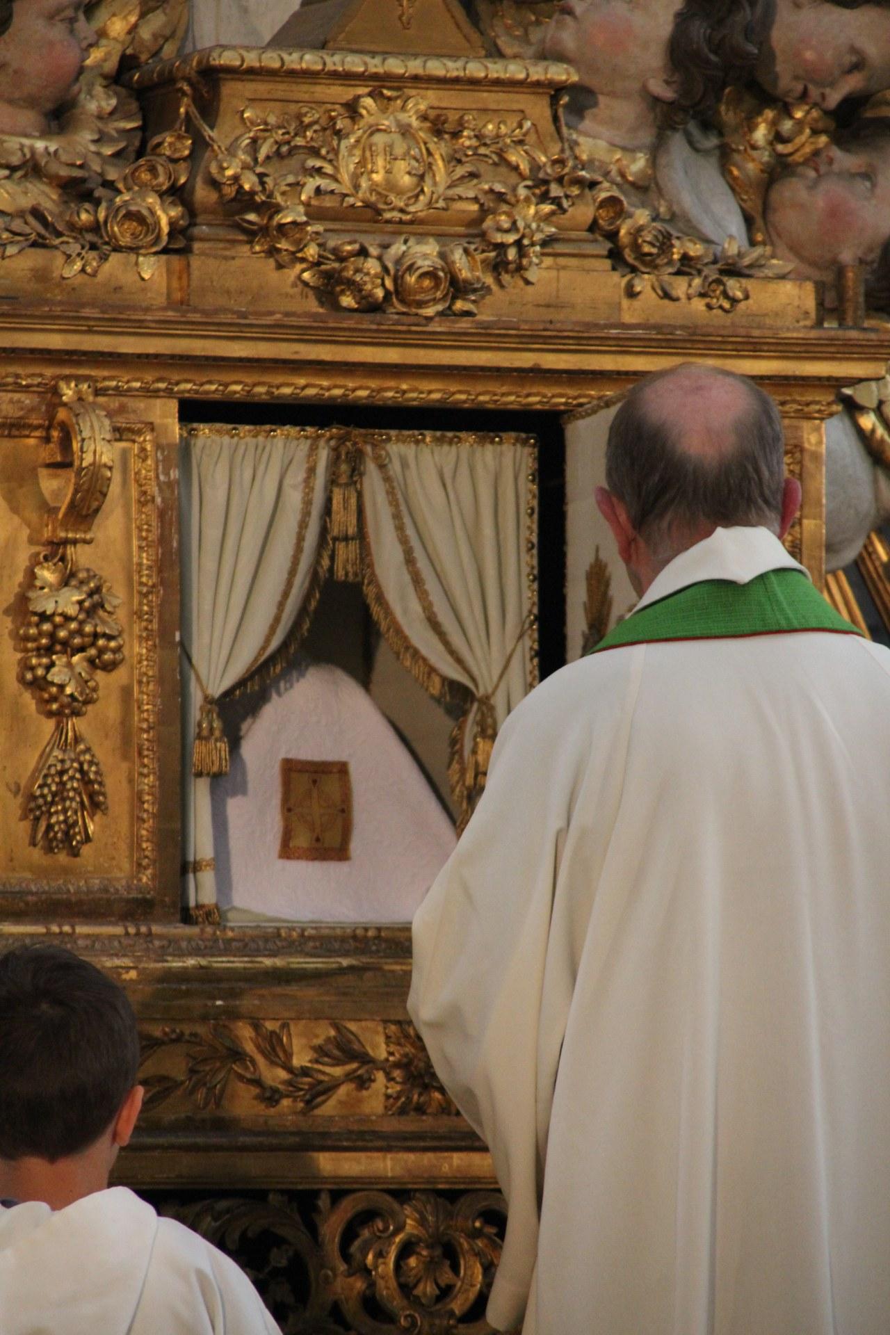 Le ciboire, sous son pavillon, regagne le tabernac