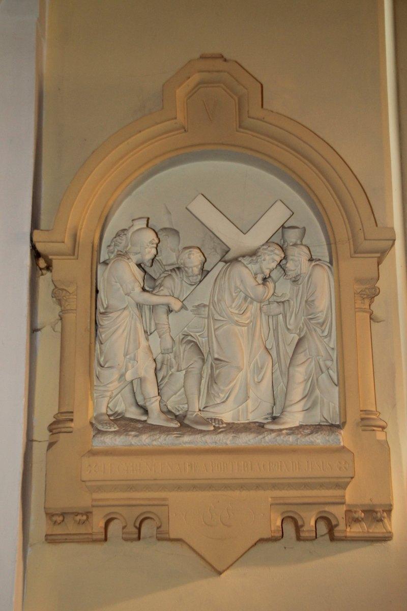 Le Cyrénéen aide à porter la Croix de Jésus