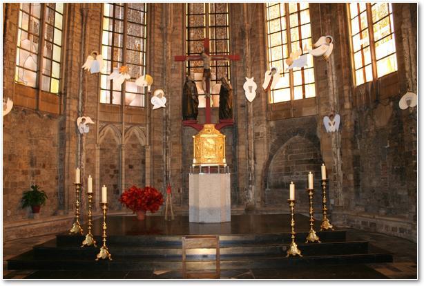 Les anges volent partout dans toute l'église, dont