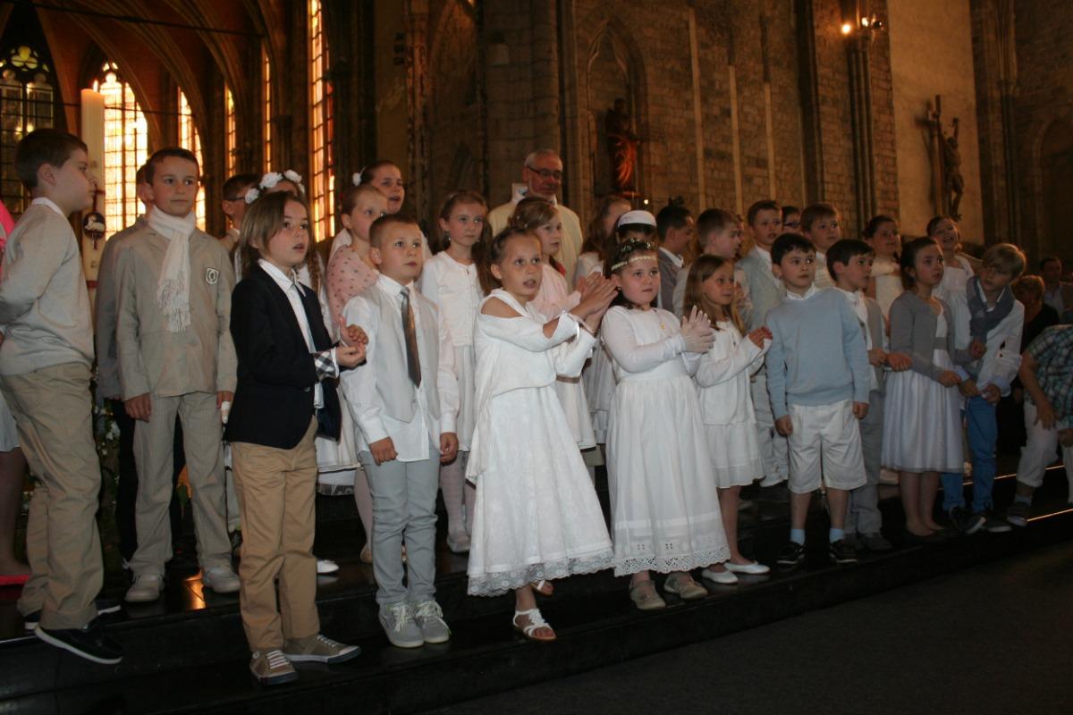 Les enfants devant l'autel.