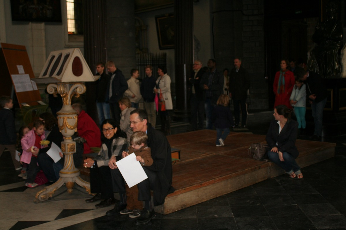 Les gens présents sous les orgues, faute de places