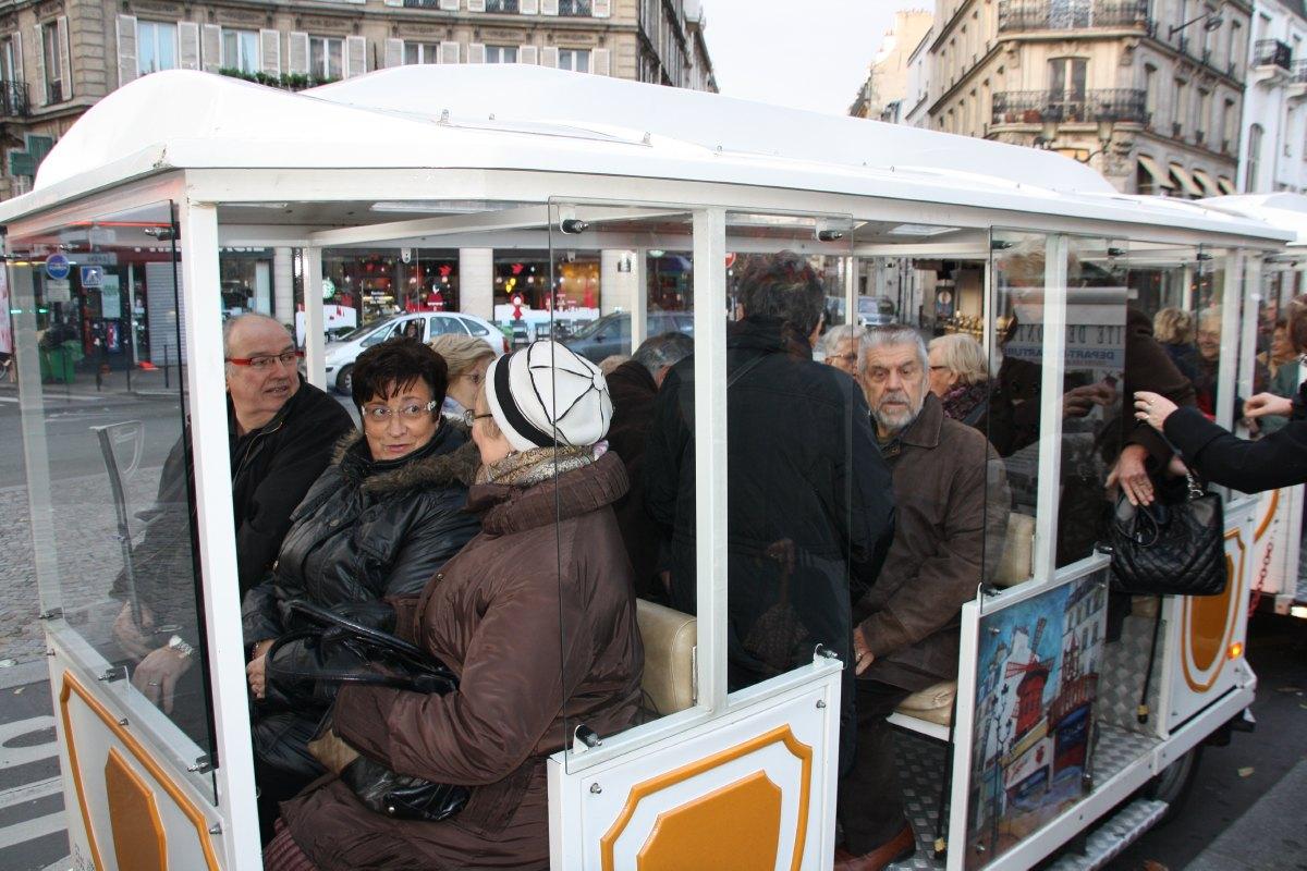 Les participants montent dans le petit train