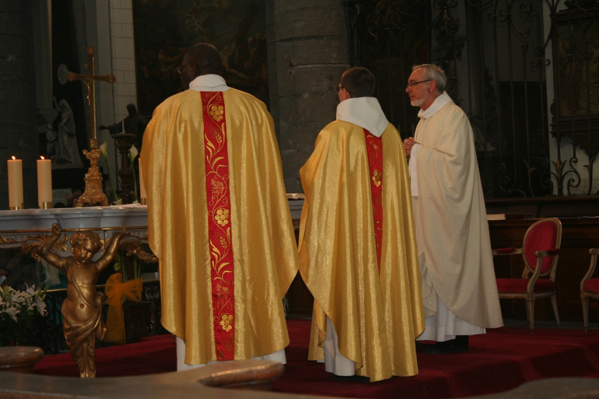 Les prêtres durant la prière eucharistique.