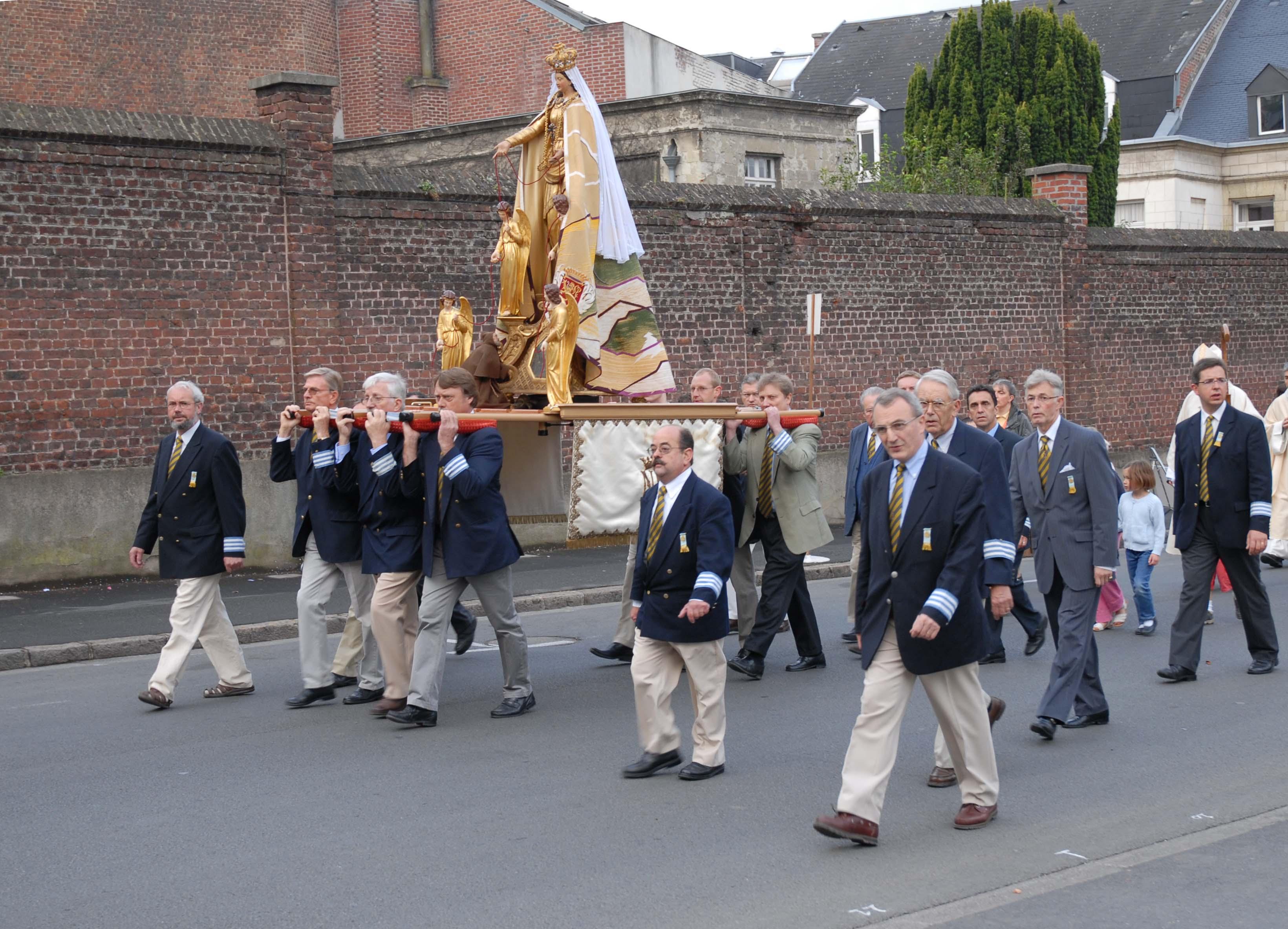 Les royés portent la statue de ND du St Cordon