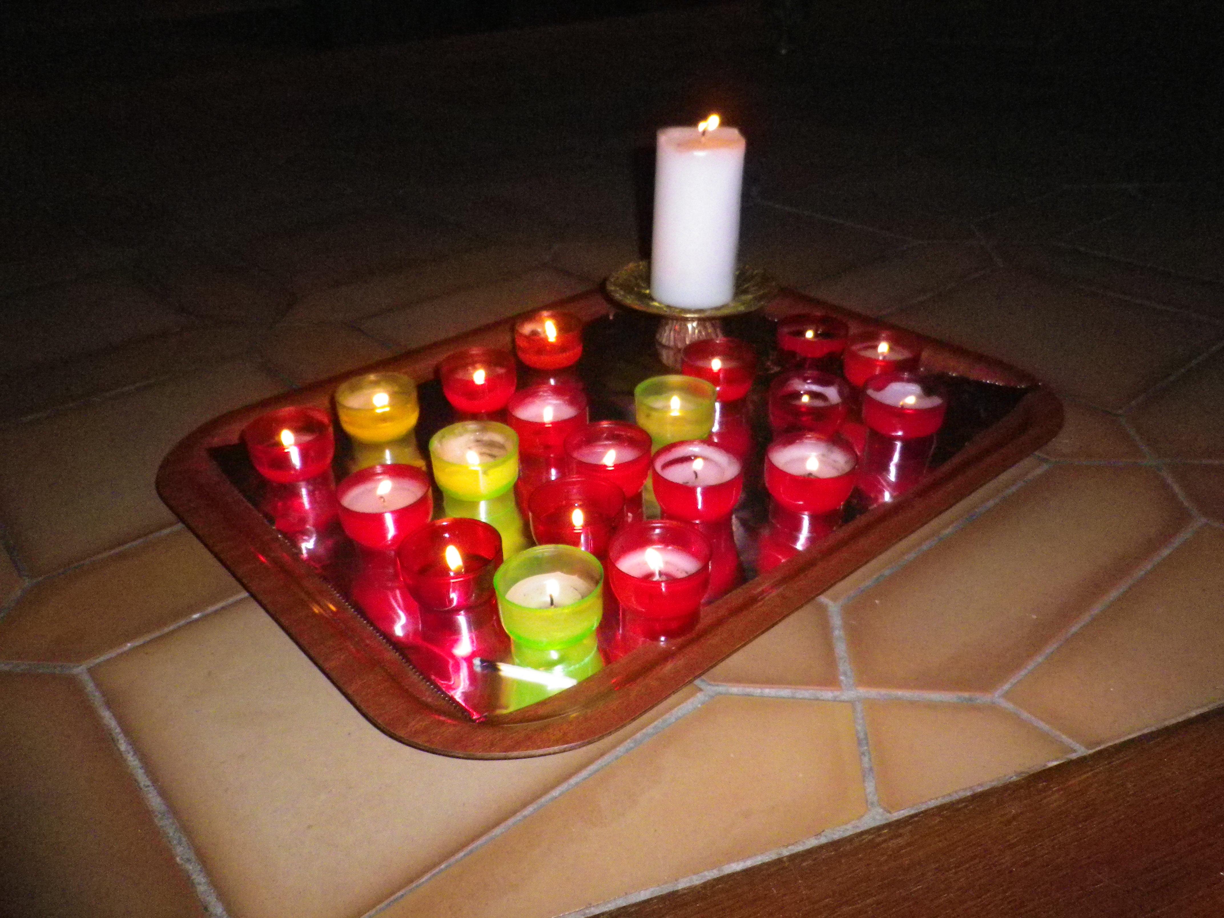 Les lumignons posés à proximité de l'autel, symbole de la prière des jeunes...