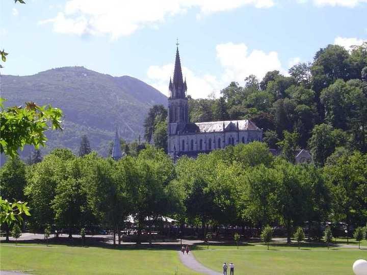 A-Lourdes-basilique