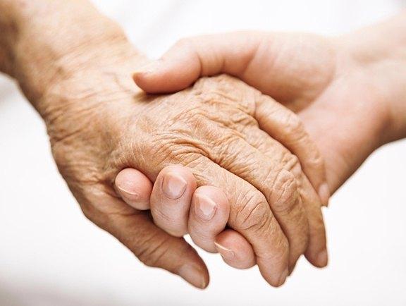 mains vieux et jeunes
