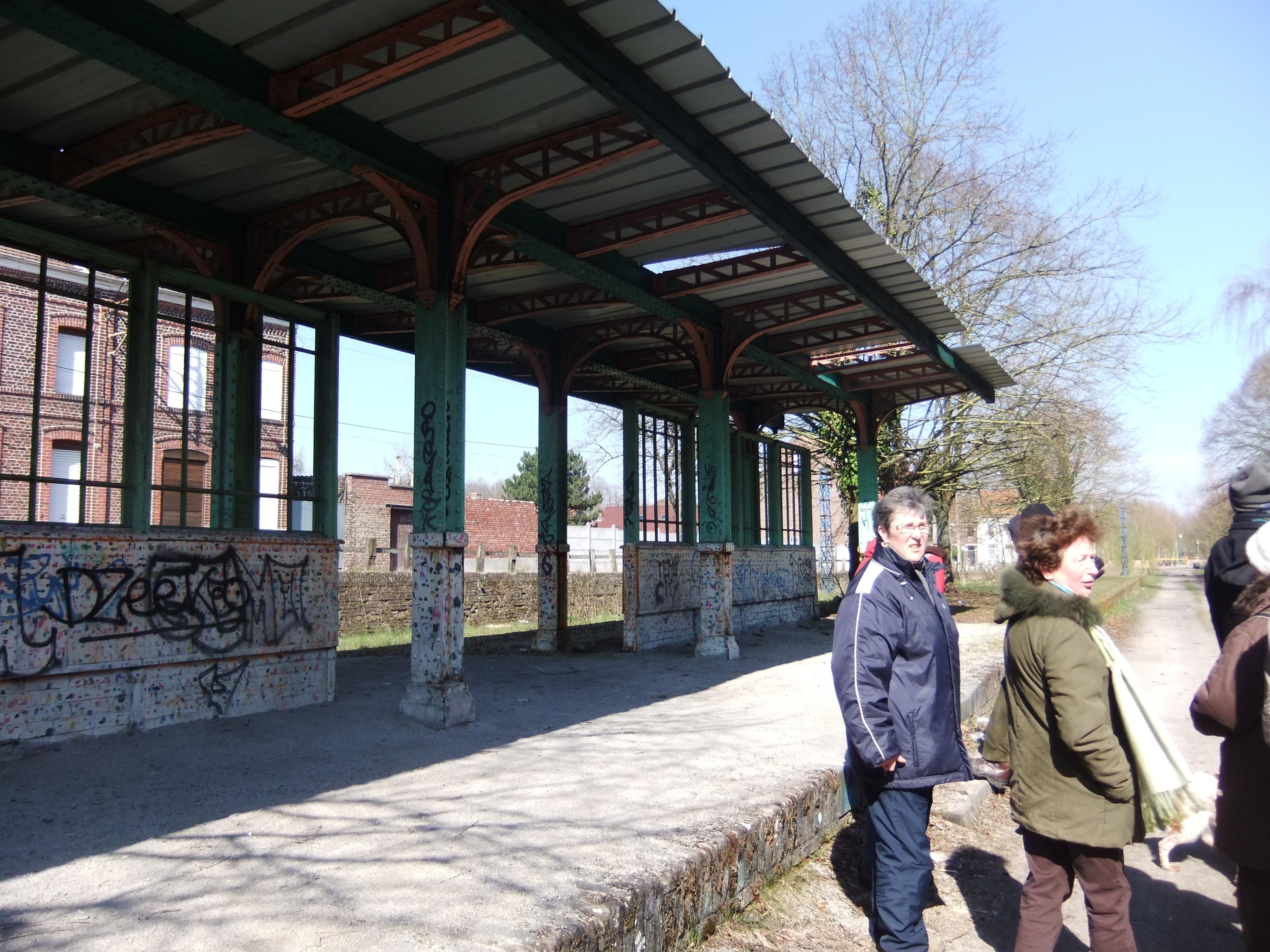 ...Devant l'ancienne gare de Fresnes...