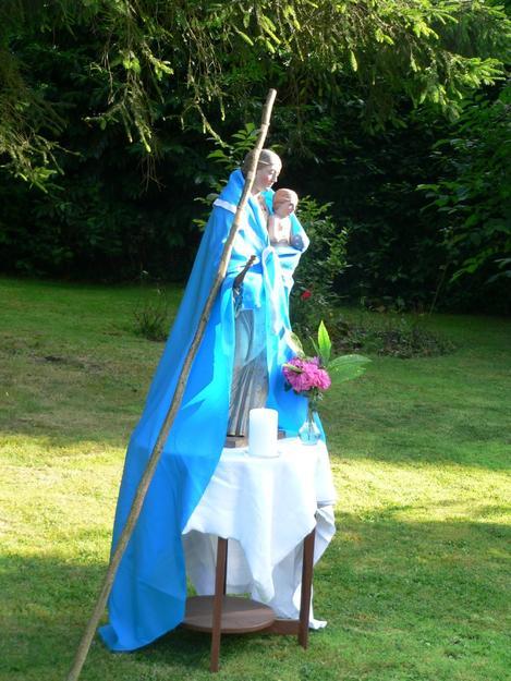 Marie avec le manteau bleu