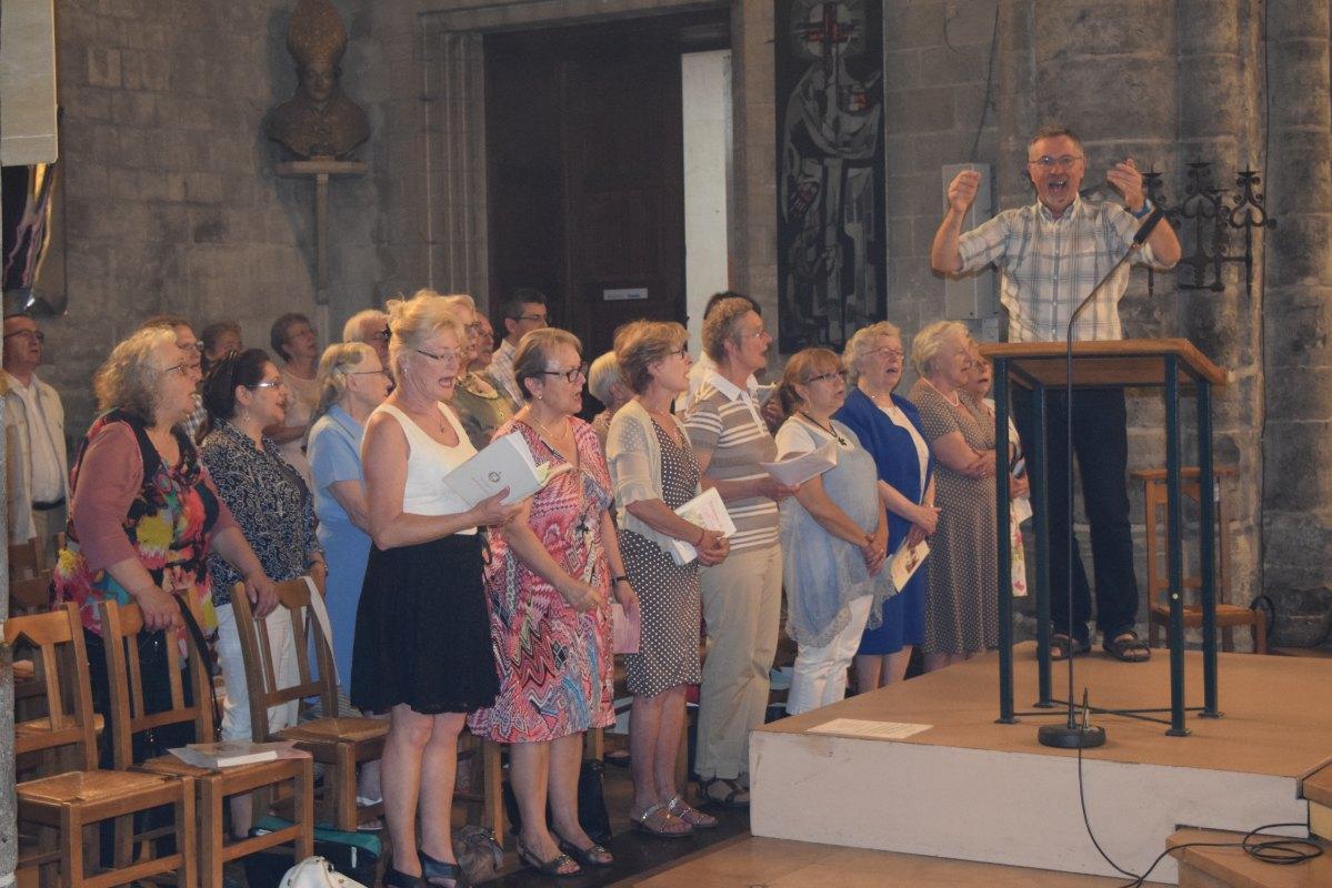 Bernard dirigeant une chorale attentive et joyeuse