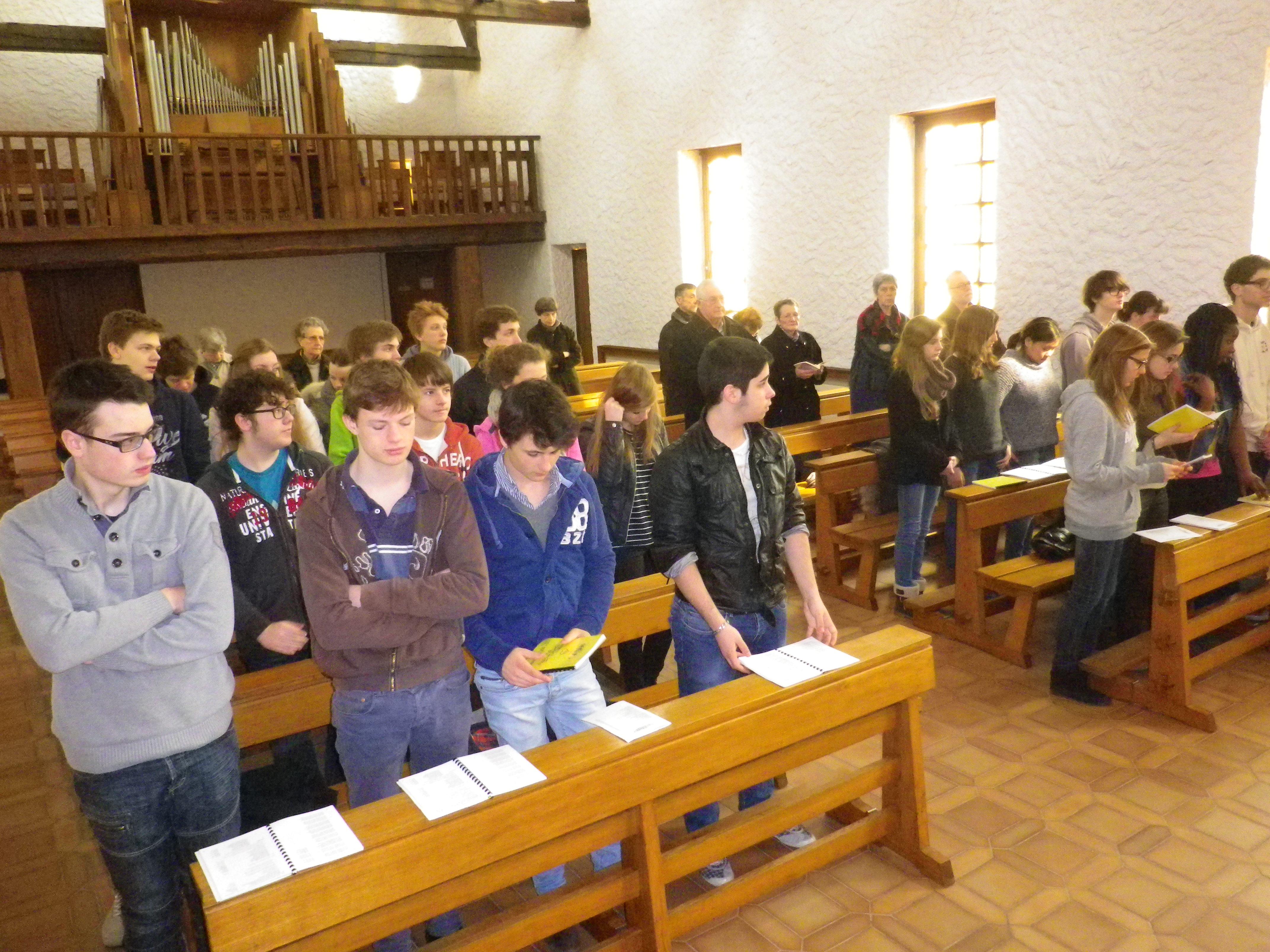 L'assemblée, composée des confirmands, des animateurs, des laïques de la communauté et de quelques paroissiens blangiaquois se lèvent pour écouter l'Evangile.