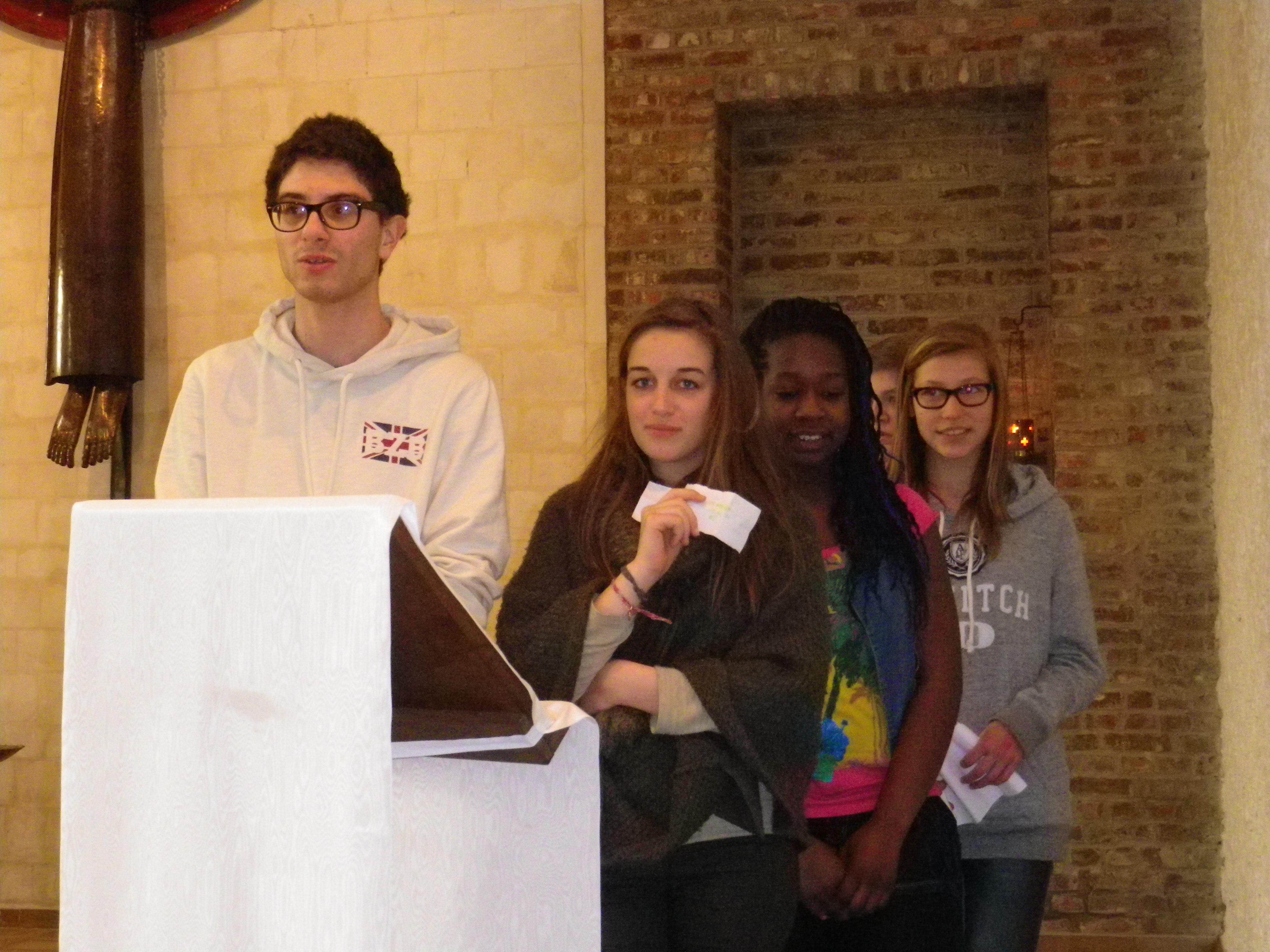 Les jeunes lisent la prière universelle qu'ils ont préparée.