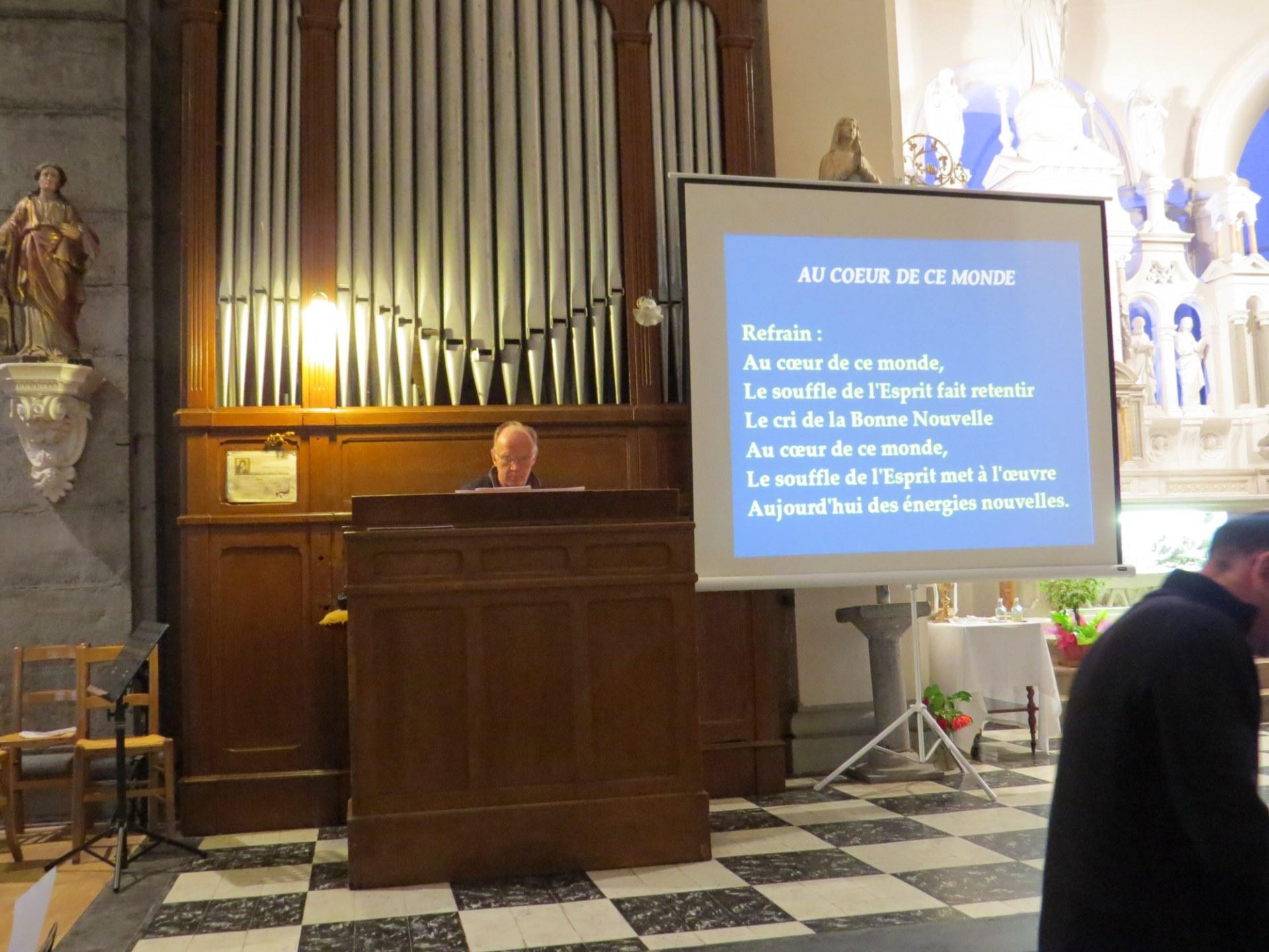Entre les intentions de la prière pénitentielle: Daniel joue de l'orgue pour chanter ce qui suit: