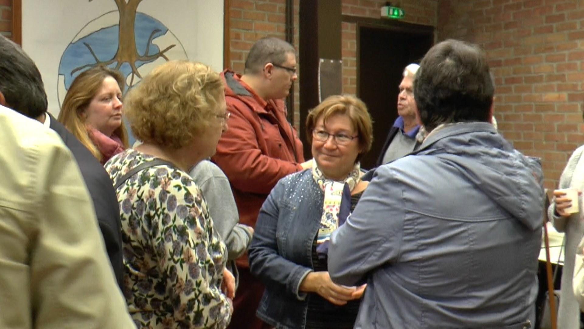 Gloria (au centre) s'entretient avec Andrée (à gauche) et Colette (de dos)