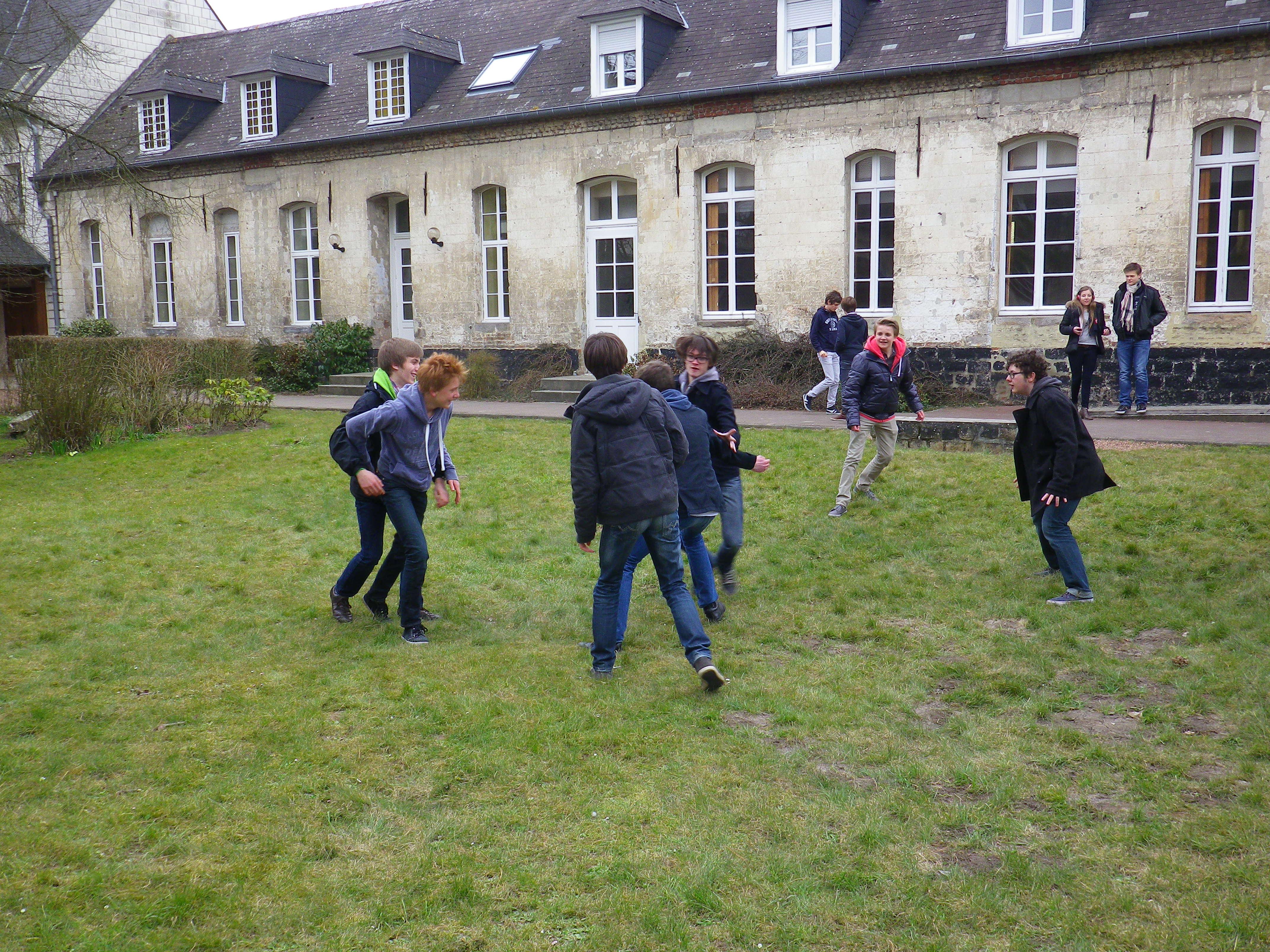 Les garçons font un rugby dans la pelouse de l'abbaye!