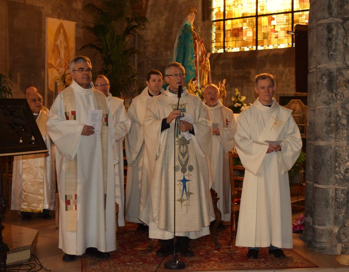 messe célébrée par le Père Bruno Callebaut et concélébrée par 6 autres prêtres et 2 diacres