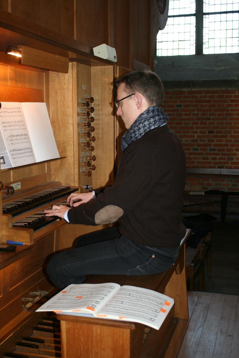 L'organiste au clavier.