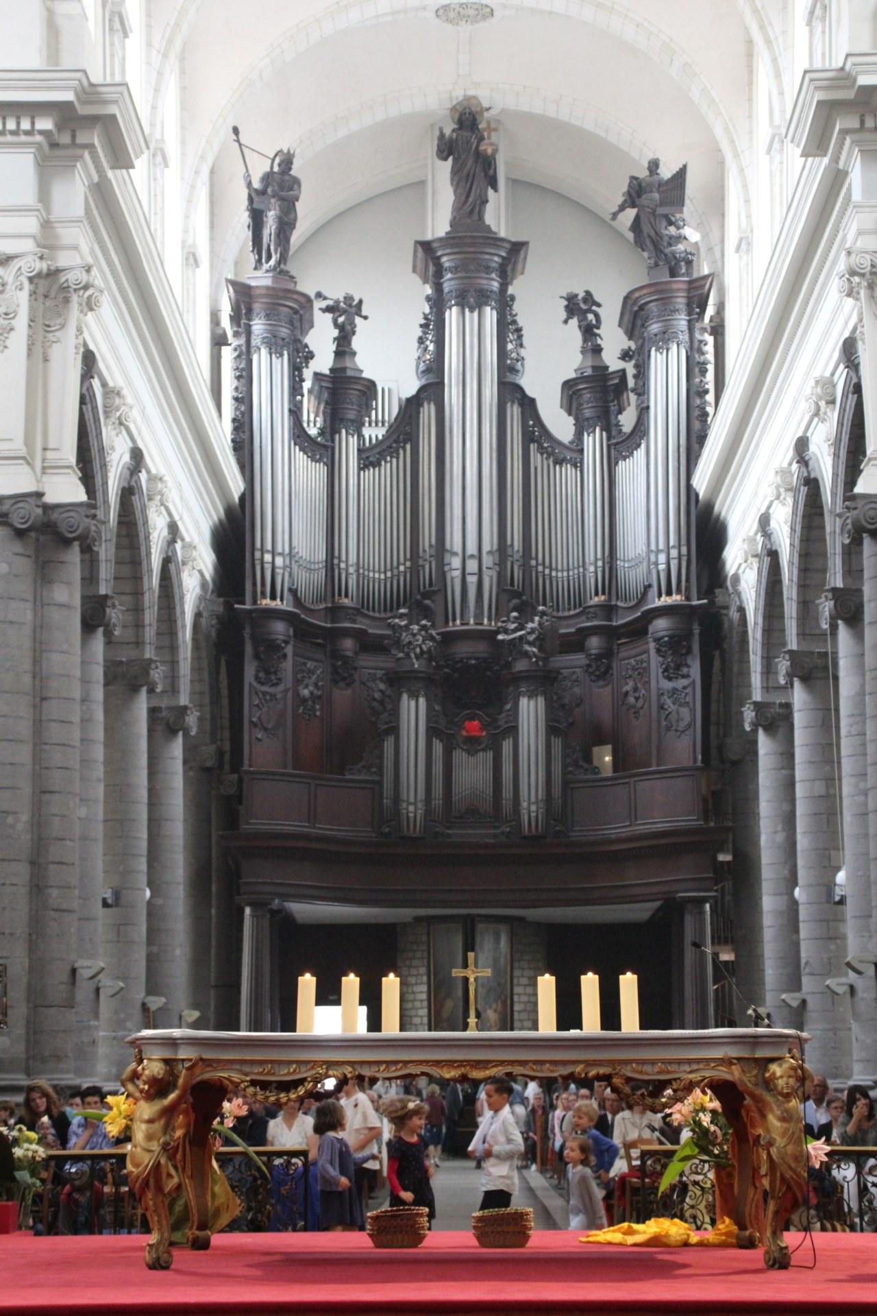 Orgue et autel.