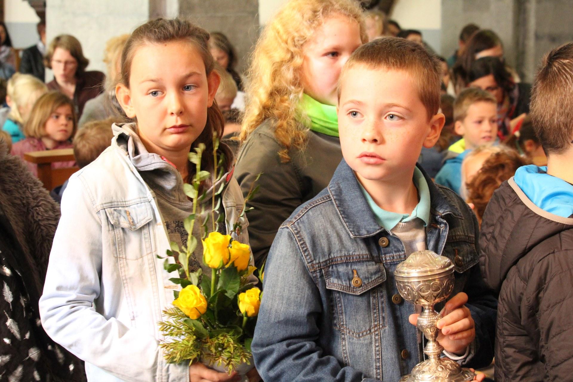 et les fleurs par les enfants