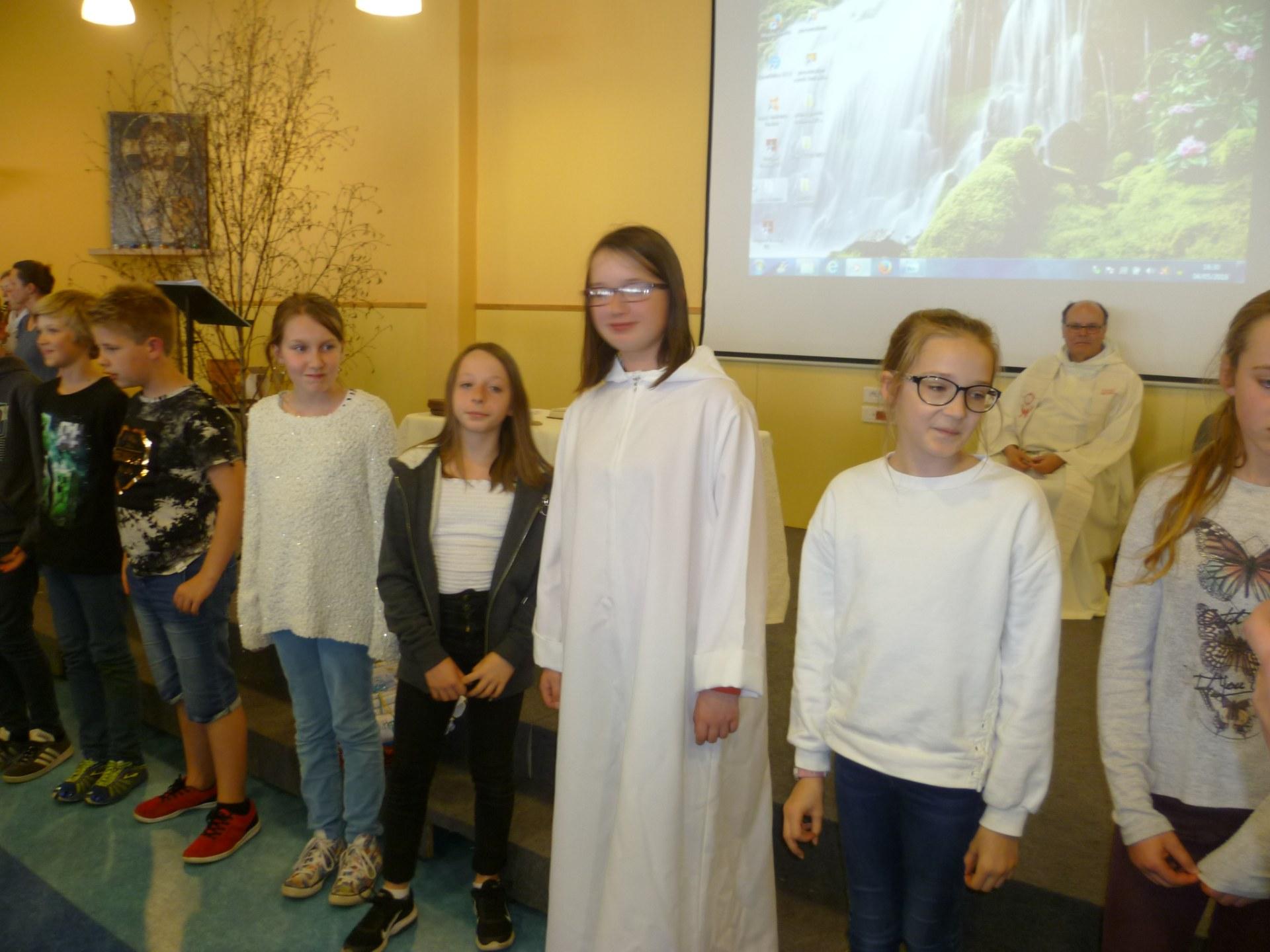 Parmi les jeunes, Charlotte .. Servant d'autel ...