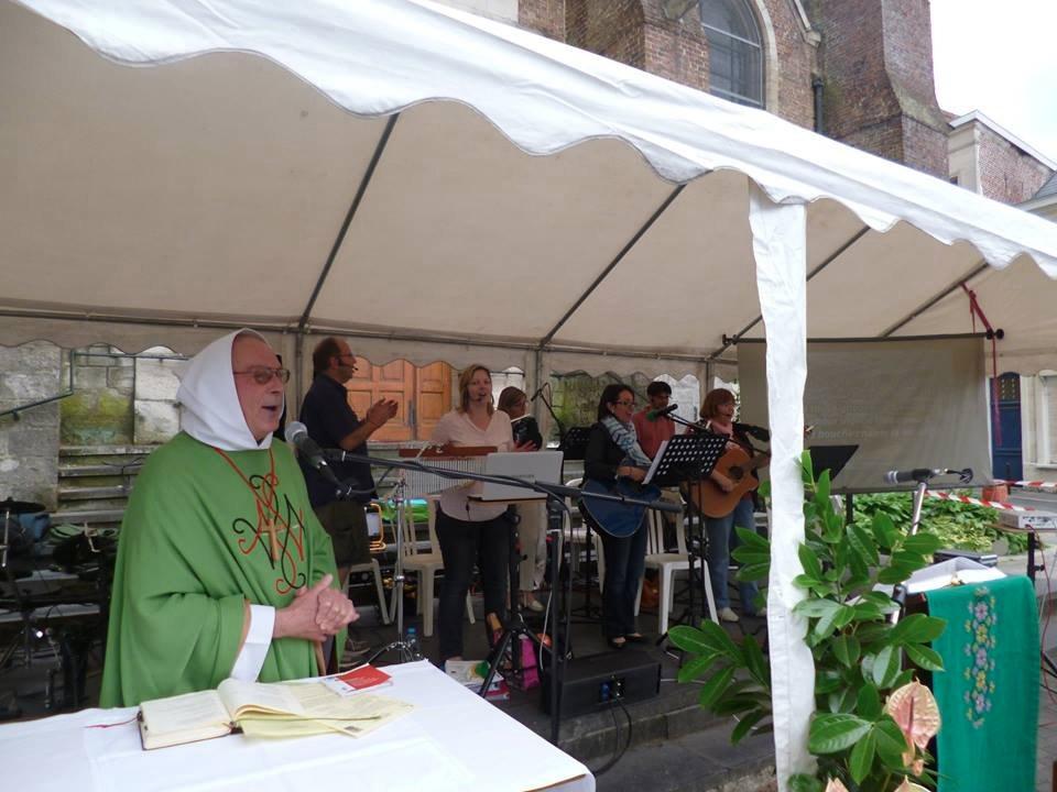 Ce n'est pas soukhot, la fête des tentes, mais la fête de la musique (ce 20 juin 2015) devant l'église St Géry avec Eult'êtes : avec Denis, soyons dans la joie.