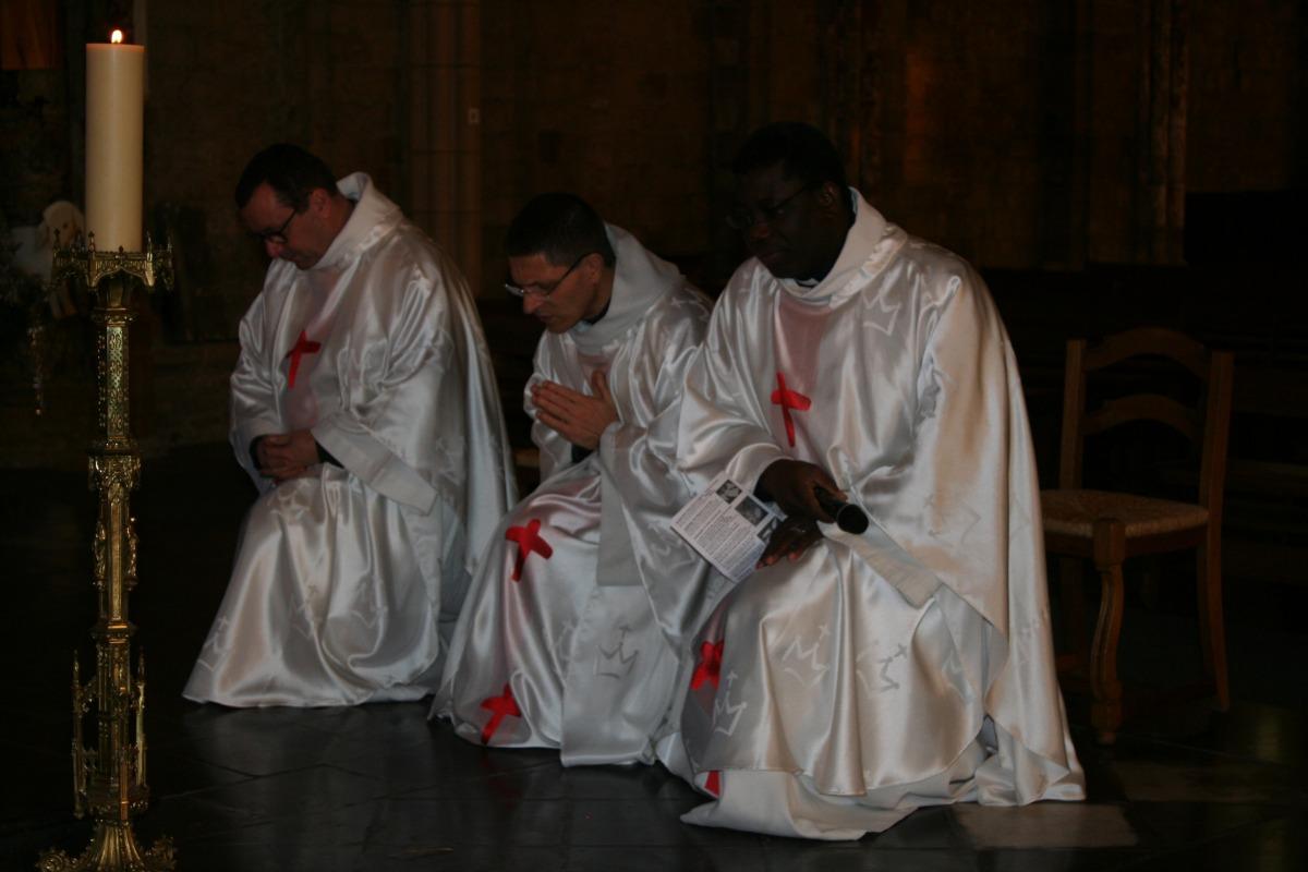 Pendant le Credo, les prêtres s'agenouillent.