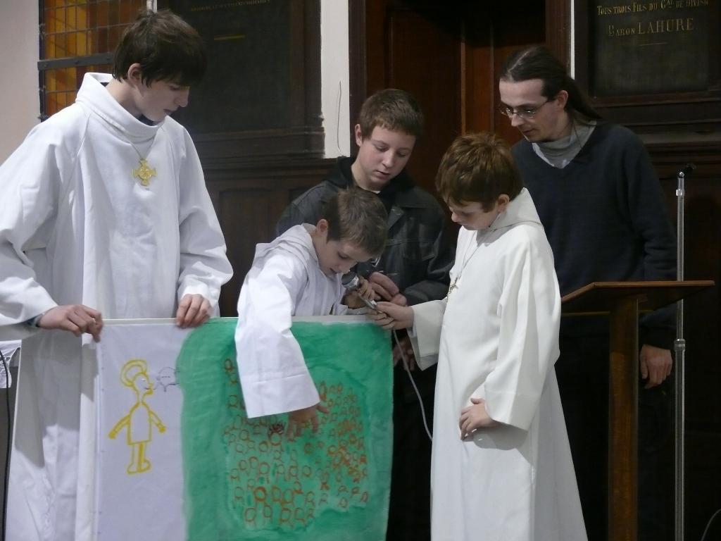 pendant l'homélie les jeunes expliquent le dessin qui résume leurs échanges de l'après-midi autour du texte de l'évangile.