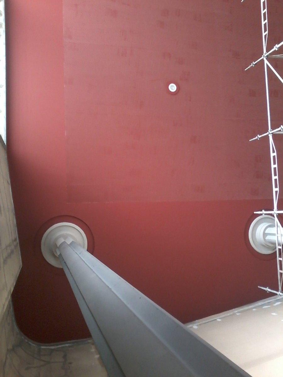 Première couche de rouge terracotta sur le plafond. Une seconde couche et ce sera parfait