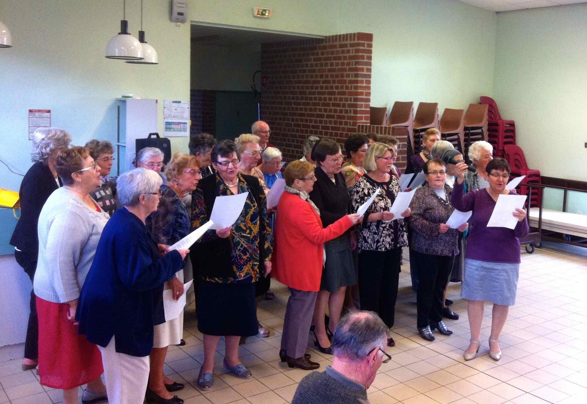 Les chorales réunies offrent un meddley de refrains religieux et profane.