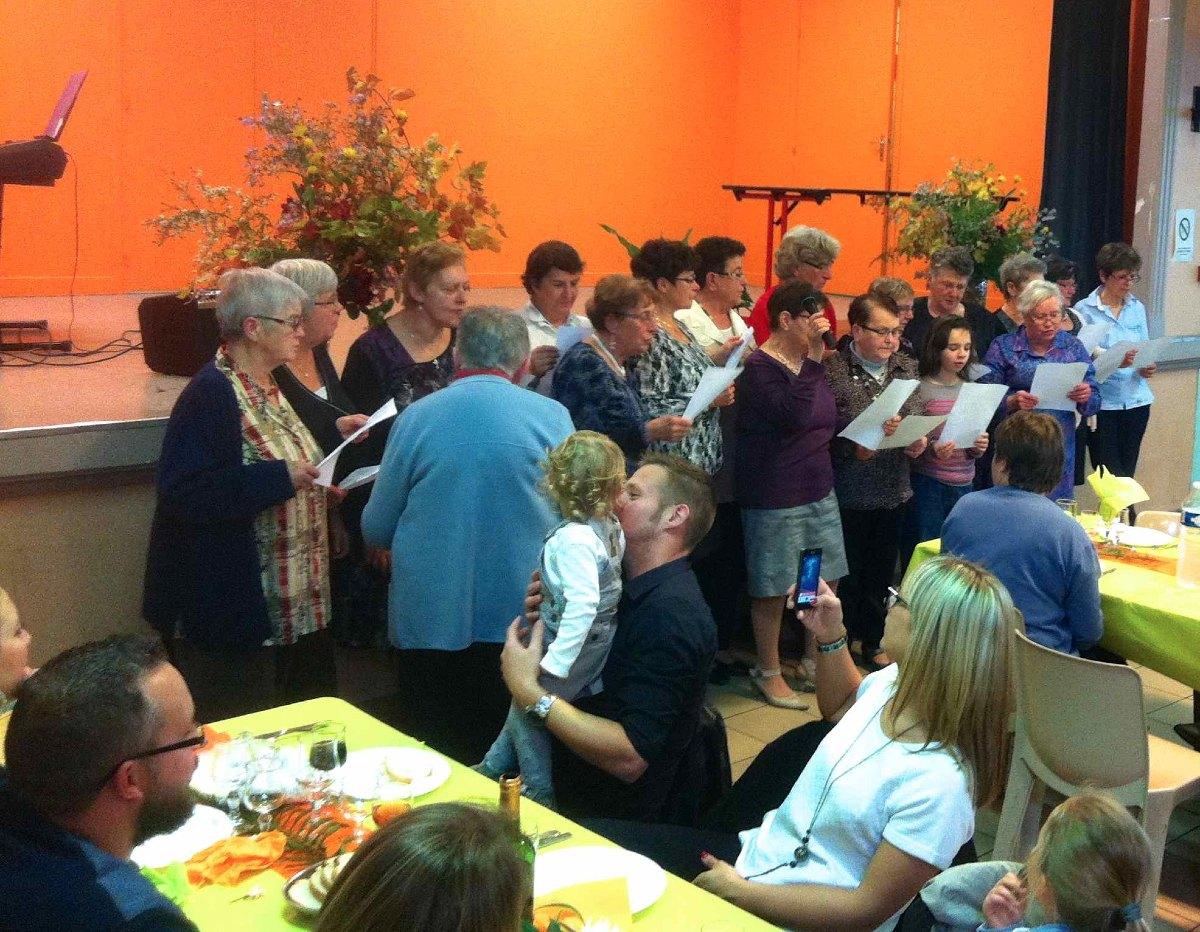 Les chorales des relais de la paroisse chantent une compilation de refrains profanes