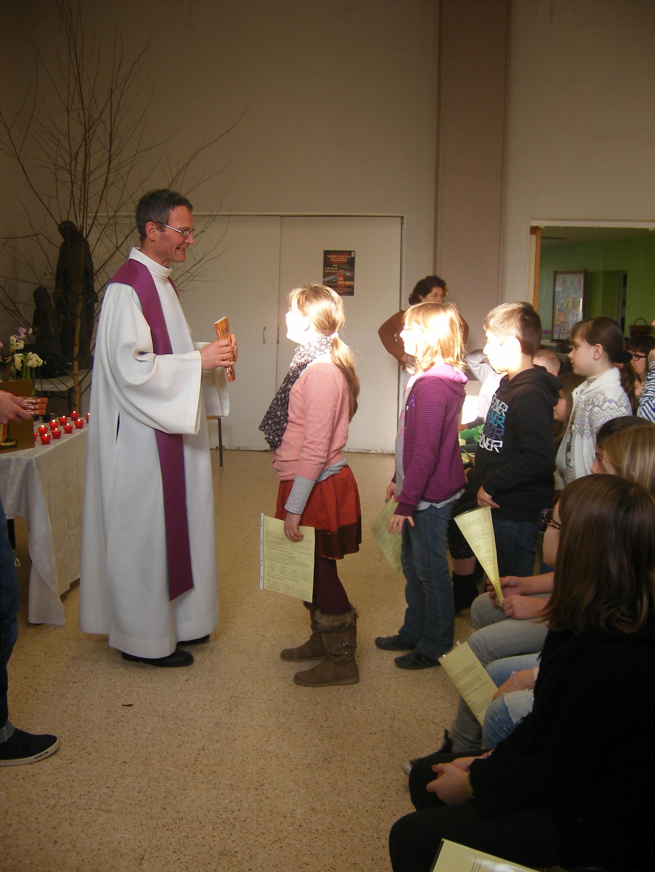 remise de la parole de Dieu aux enfants de première communion