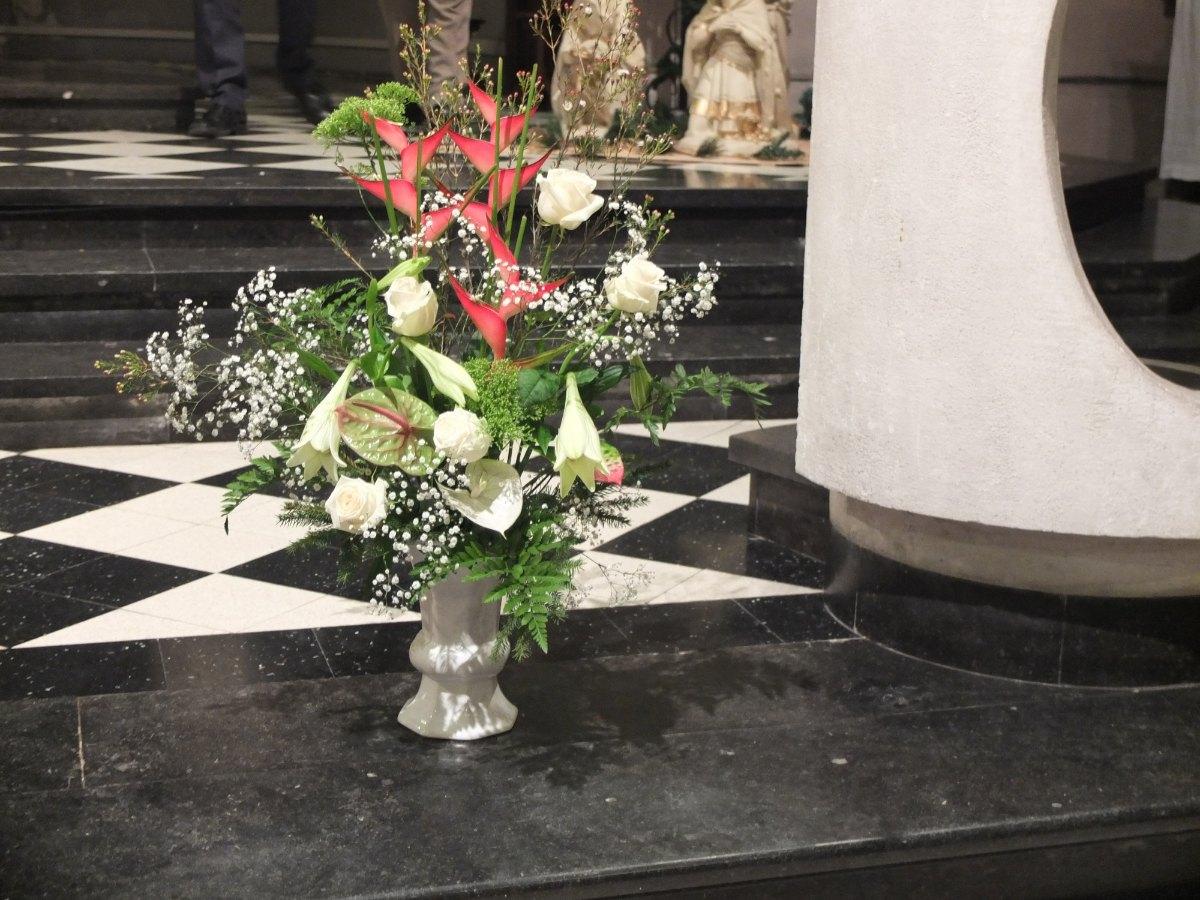 Une décoration sans faille. L'humble enfant miséricordieux mérite bien un bouquet : bon anniversaire Jésus !