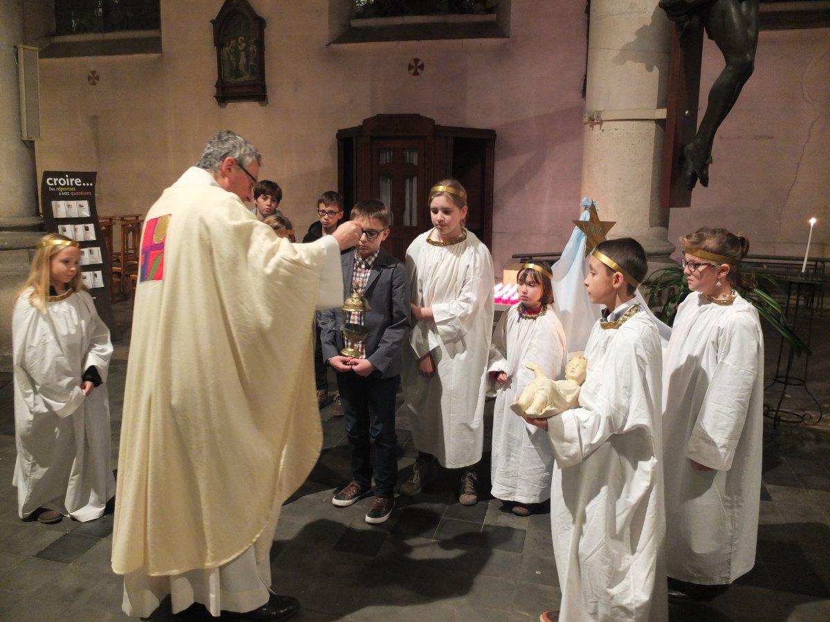 Le père Bruno prépare ses enfants de Choeur d'un soir.