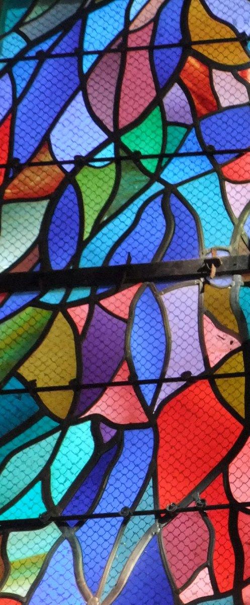 Détail du panneau central des 21 panneaux  formant: «La  joie de Pâques» d'Alfred Manessier. Église St Sépulcre Abbeville (Picardie)