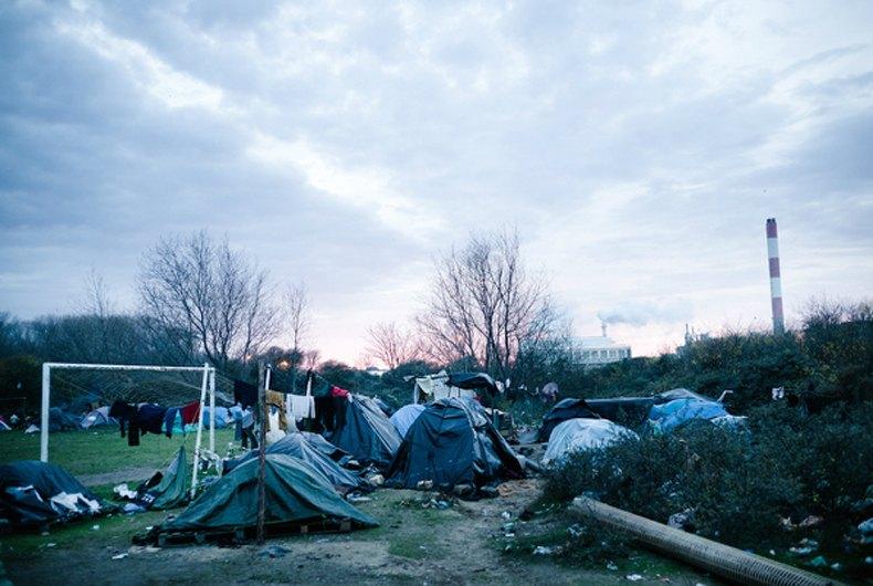 """les migrants vivent dans la """"jungle"""". Des centaines de tentes jouxtent des monceaux de déchets de toutes sortes."""