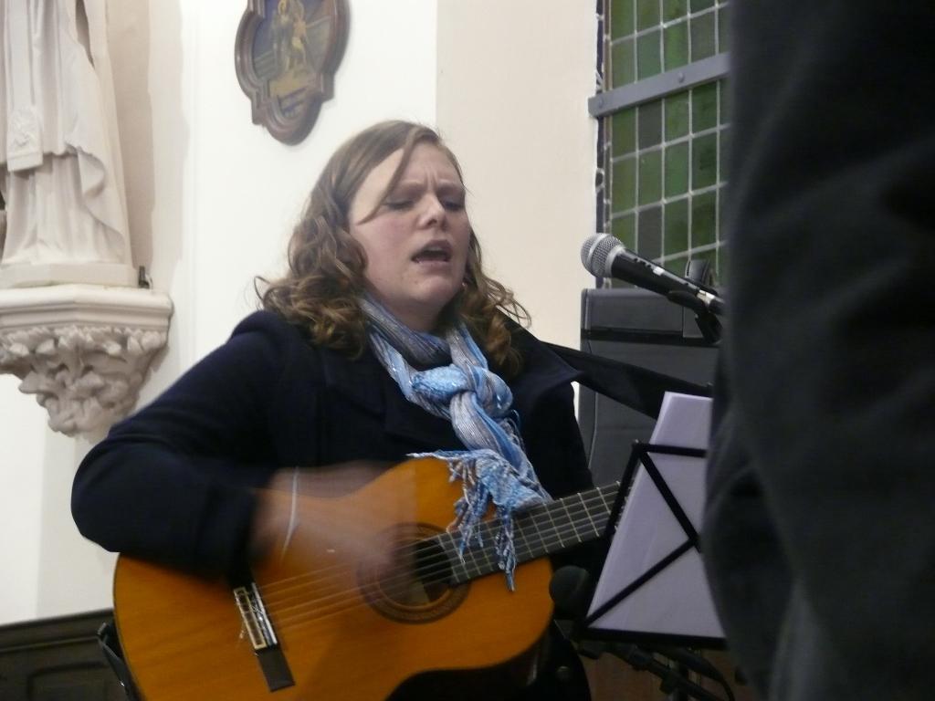 """Séverine accompagne les chants à la guitare et a aidé les jeunes à chanter un titre de """"Glorious"""" en envoi !!   :D"""