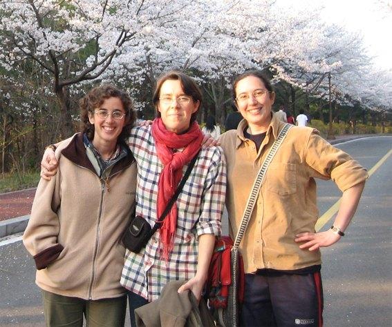 Laurence VASSEUR, entourée des deux nouvelles soeurs 'coréennes'