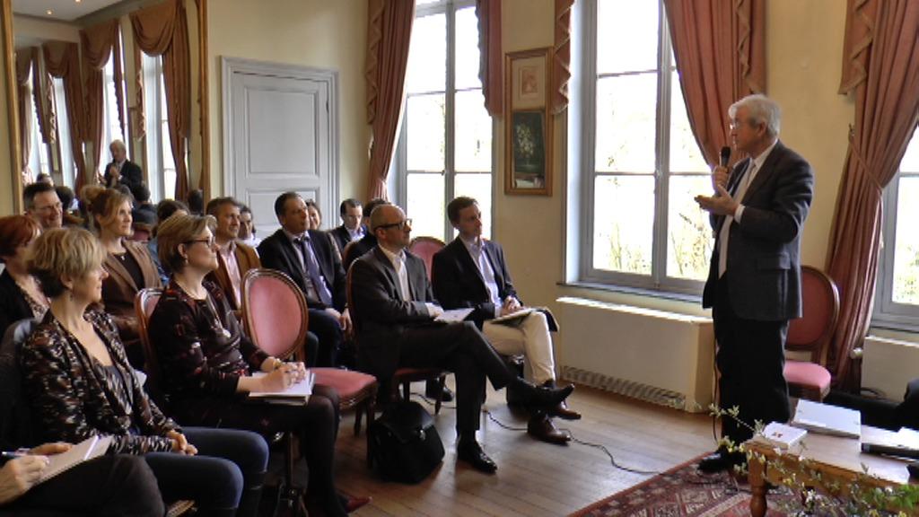 s'adresse aux participants à la première rencontre des Décideurs d'avenir