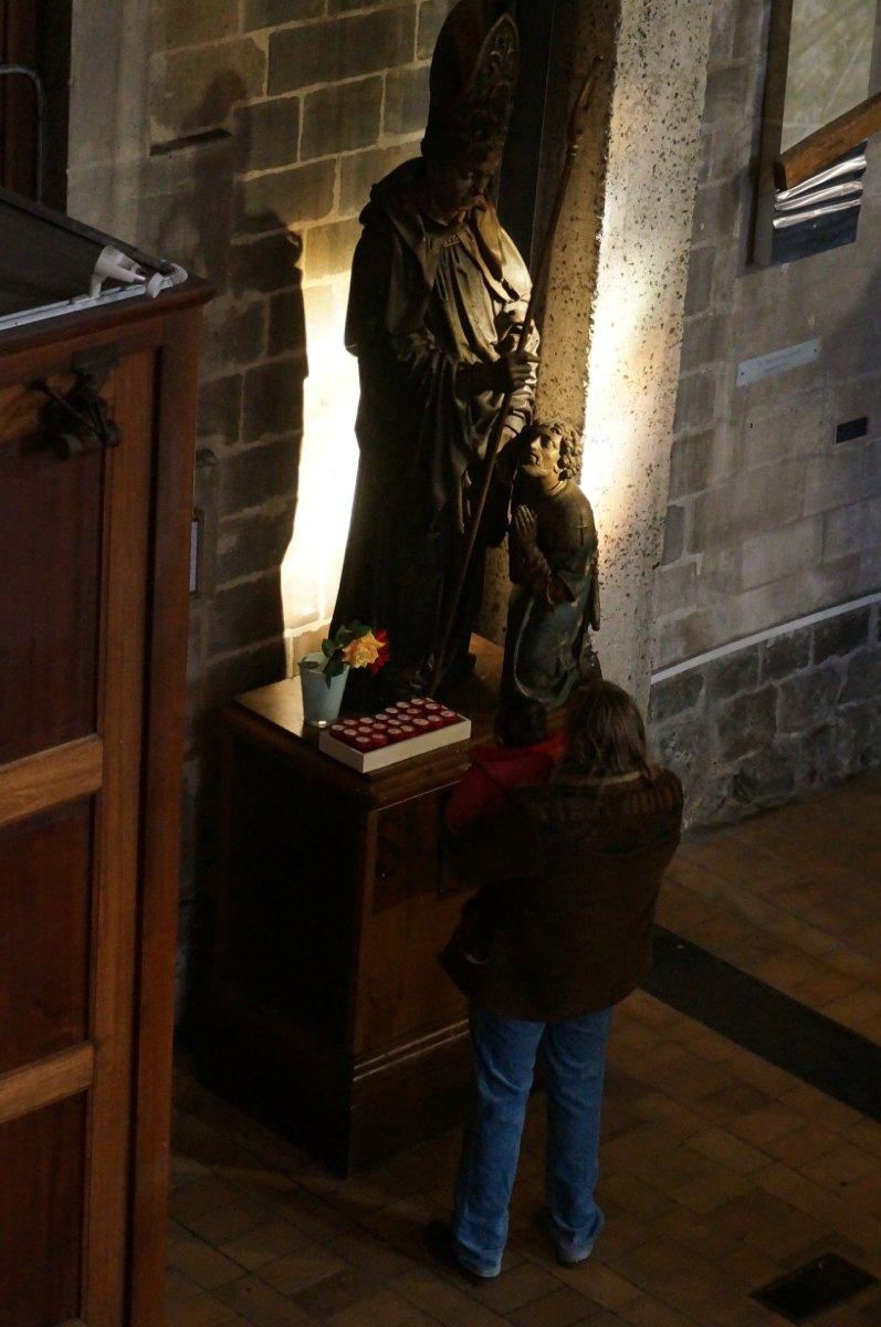 Un père et son enfant invoquent St Marcou.