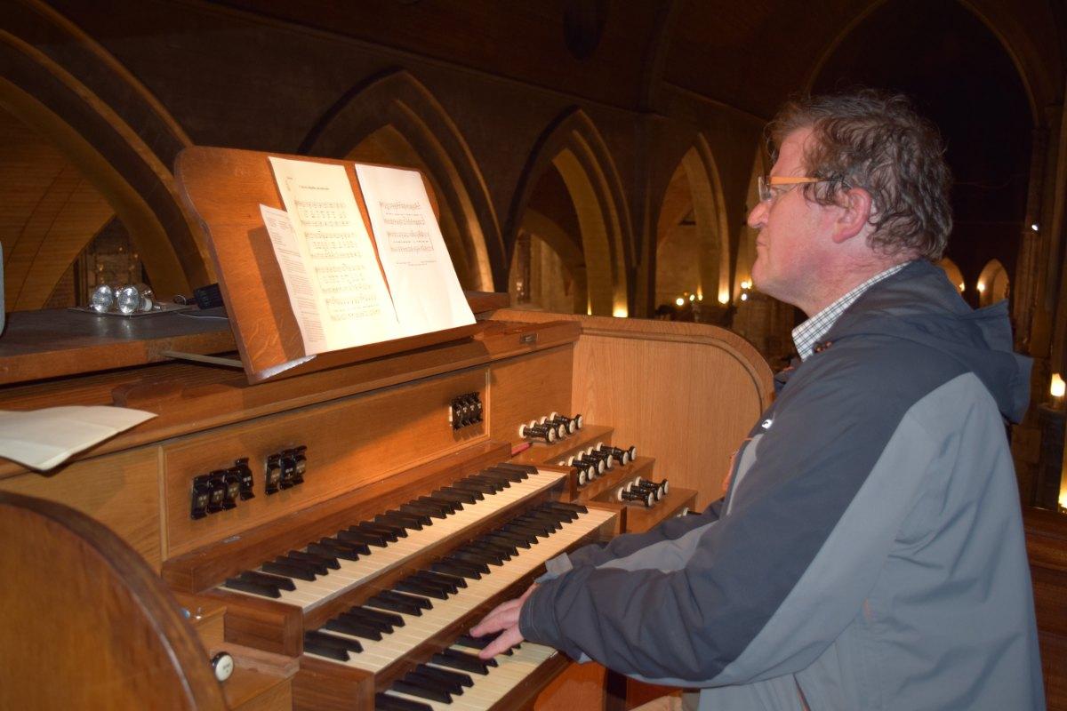 Bernard embellit cette célébration à l'orgue