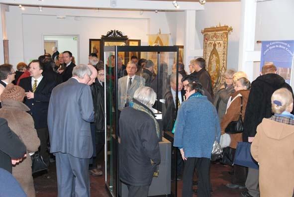 Les visiteurs admirent la magnifique couronne, joyau prestigieux de Notre Dame