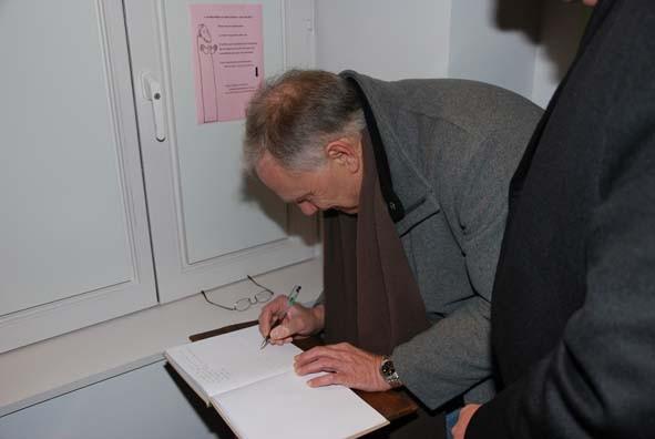 Monsieur Riquet, Député Européen, et premier magistrat de la ville de Valenciennes signe le livre d'Or