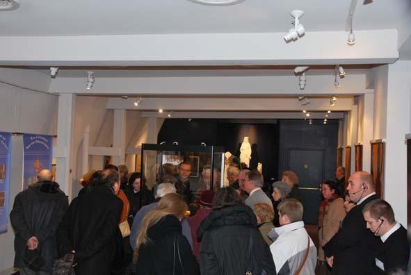 Aperçu de la foule autour du parchemin glissé dans le sceptre et ouvert le 13 novembre 2009