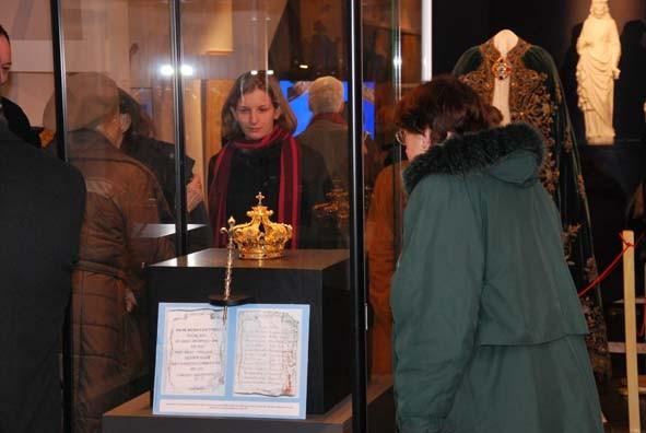 Ensemble : parchemin, sceptre, couronne
