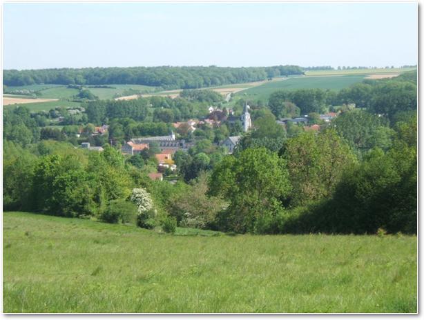 ... depuis les coteaux nord de la Ternoise, près du sentier des Vallons. On distingue très bien l'église paroissiale, le moulin et surtout l'abbaye Ste-Berthe.
